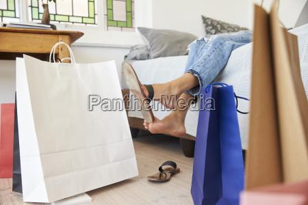 frau geht von shopping trip umhuellen