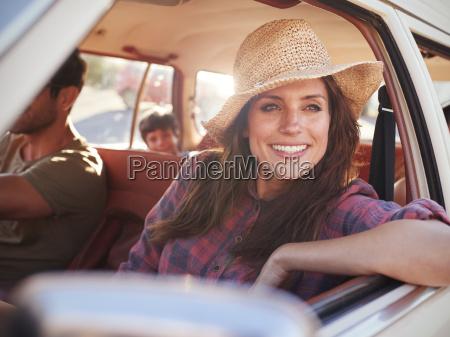 familie entspannt sich im auto waehrend