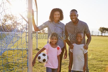 portraet einer jungen schwarzen familie waehrend