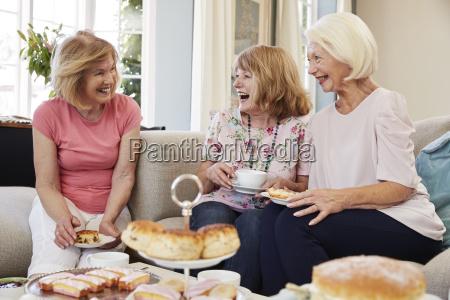 amigos femenino senior disfrutando del te