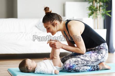 mutter mit baby training auf yogamatte