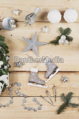 weihnachtsdekorationsartikel echte tannenbaumgruen schneeballkerzen schlittschuhe vogel