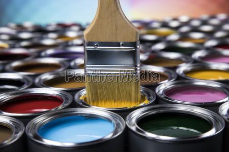 oeffnen sie farbdosen mit einem pinsel