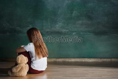 kleines maedchen mit dem teddybaeren der
