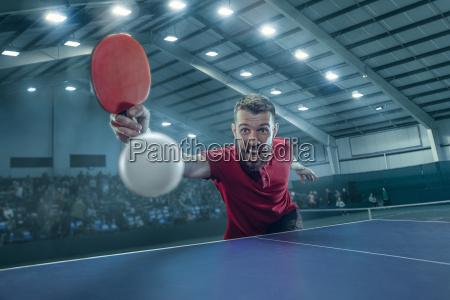 der tischtennisspieler serviert