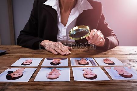 geschaeftsmann der das foto des kandidaten