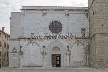 portal des domes in koper
