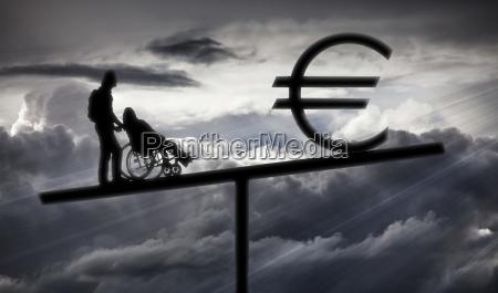 person schiebt rollstuhl eurozeichen