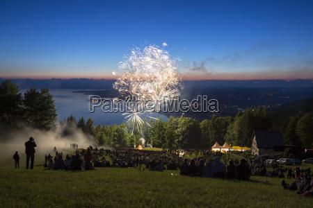 sonnenwendfeier mit feuerwerk auf dem pfander