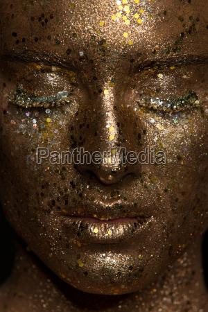 portrait junge frau mit gold