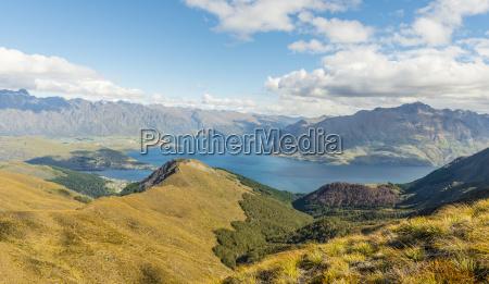 ausblick auf lake wakatipu und bergkette