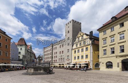 historische gebaeude mit justitiabrunnen am haidplatz