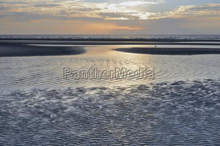 sandbank mit ablaufendem wasser abendstimmung sankt
