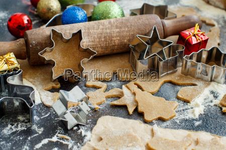 weihnachtskekse mit plaetzchenschneidern kochen