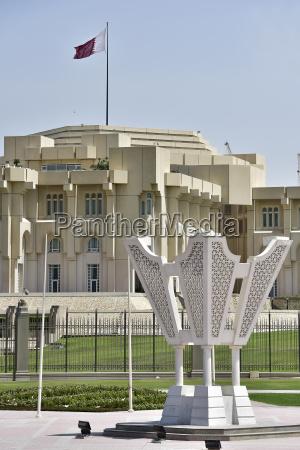 emir palast und ueberdimensionale arabische duftlampe