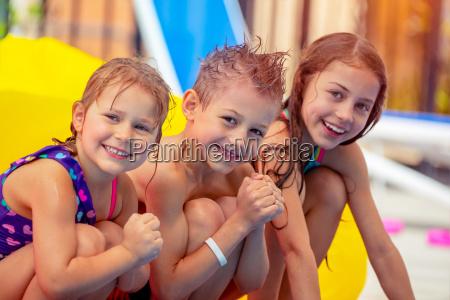 glueckliche kinder im aquapark