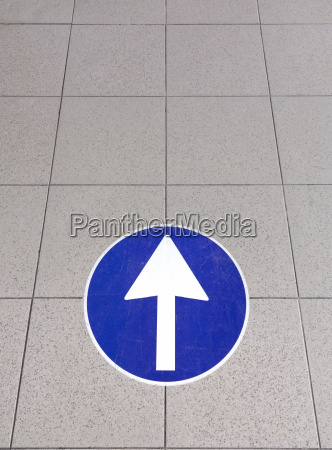 white directional arrow sign italy
