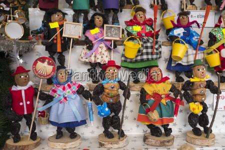 zwetschgenmaennle in marktstand auf nuernberger christkindlesmarkt