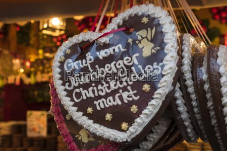 lebkuchenherz in marktstand auf nuernberger christkindlesmarkt