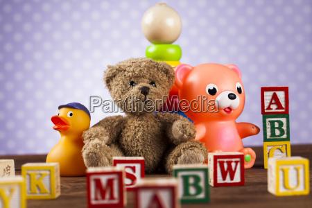 baby weltspielzeugsammlung an auf hoelzernem hintergrund