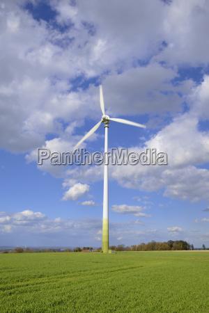 windkraftwerk in betrieb rotorblaetter drehen sich
