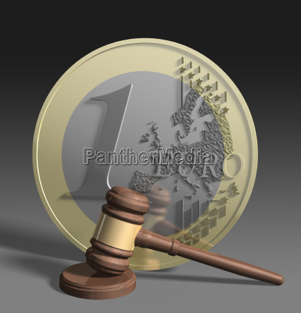 richterhammer vor euro munze