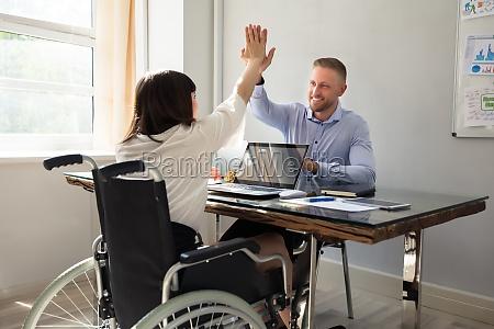 behinderte geschaeftsfrau die ihrem partner hohe