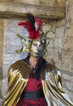 frau mit venezianische maske und kostuem