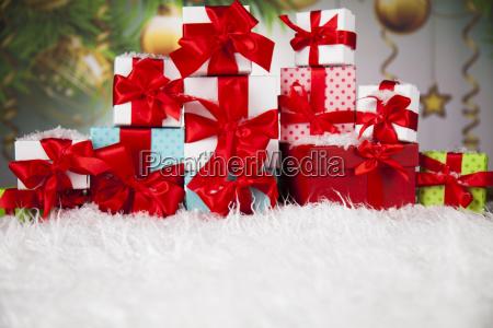 geschenke mit rotem band auf hoelzernem