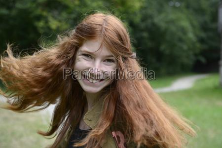 maedchen teenager mit langen roten haaren