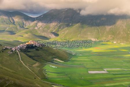 castelluccio di norcia mountain village piano