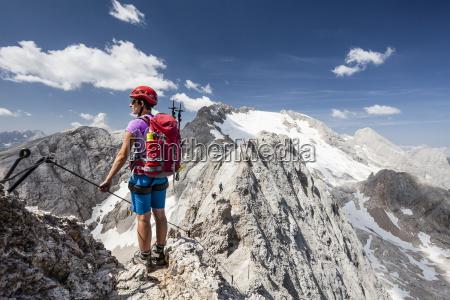 bergsteiger beim aufstieg auf die punta
