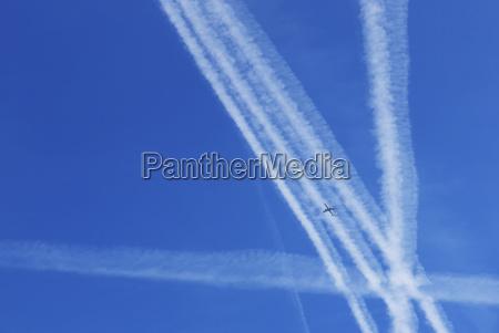 kondensstreifen von flugzeugen am himmel deutschland