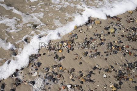 bunte kieselsteine in sandstrand ostsee strand
