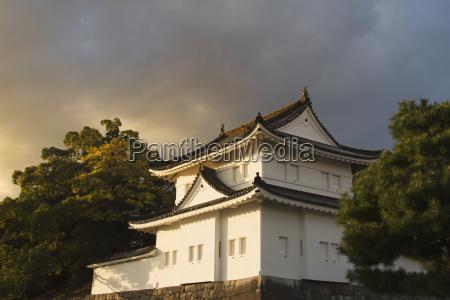 japanisches schloss im sonnenuntergang licht kyoto