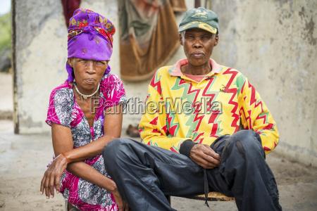ehemann und ehefrau sitzen zusammen wearing