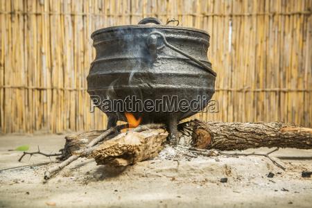abendessen kochen ueber einem feuer sexaxa