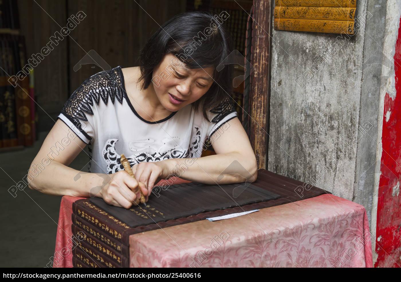 frauen, schnitzen, inschriften, auf, holzpanels, xidi, anhui, china - 25400616