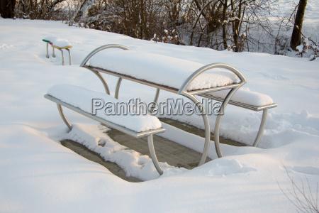 moderne sitzgelegenheit aus metall mit schnee