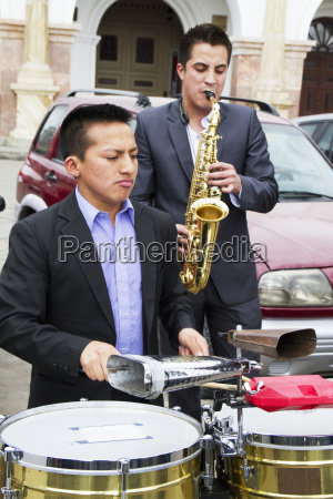 band performing at the mirador de