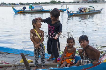 einige kids die auf einem boot