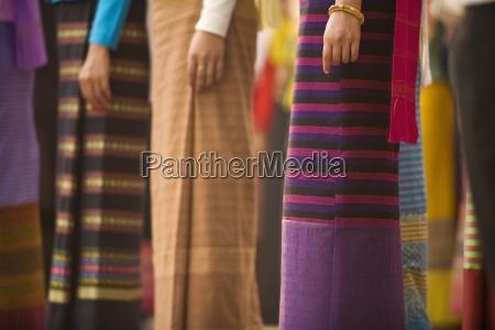 thailaendische frauen in traditionellen kleiden im