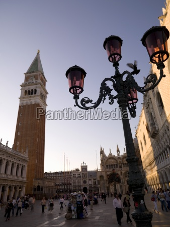 markusplatz mit campanile venedig italien