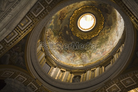 dome in saint peters basilica low