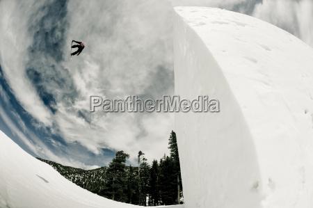 ein professioneller snowboarder der mitten in