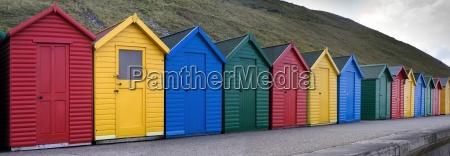 reihe von farbenfrohen cabanas