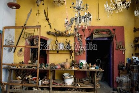 traditionelle mexikanische interieur voller antiker objekte