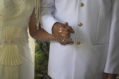 braut und groom holding haende bei