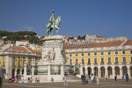 tourists in commerce square with statue