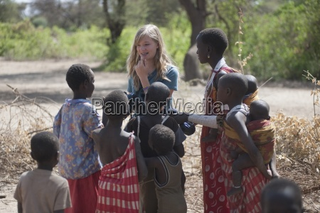 kaukasische frau unter maasai kindern kenia